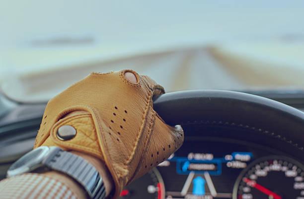 conducteur homme main dans la main sur le volant - paire de gants photos et images de collection