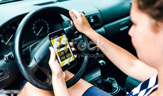 istock Driver uses app on phone to connect to customers 586077850