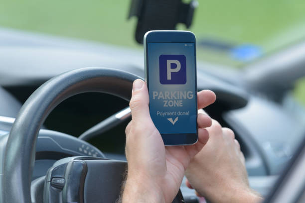 Fahrer mit Smartphone-app für das Parken bezahlen – Foto