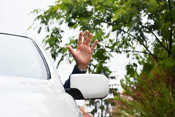 conducteur vagues de la fenêtre de la voiture - homme faire coucou voiture photos et images de collection