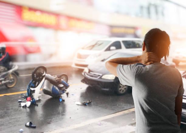 drivrutinen kvinna lider av ont i nacken efter att ha en bil krasch och trafik kollision, slippery road i staden - krockad bil bildbanksfoton och bilder