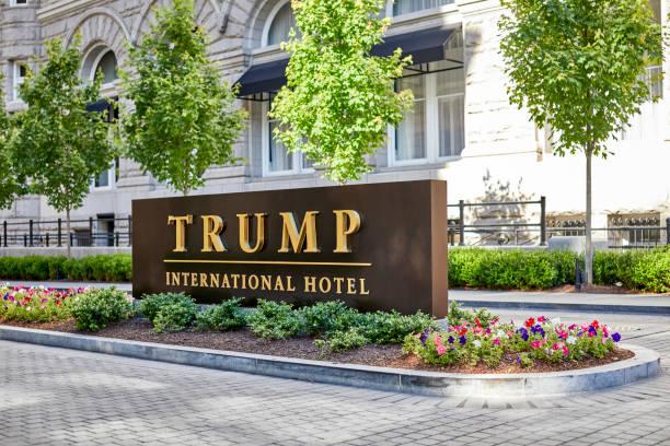 driveway entrance sign to trump international hotel - donald trump us president стоковые фото и изображения