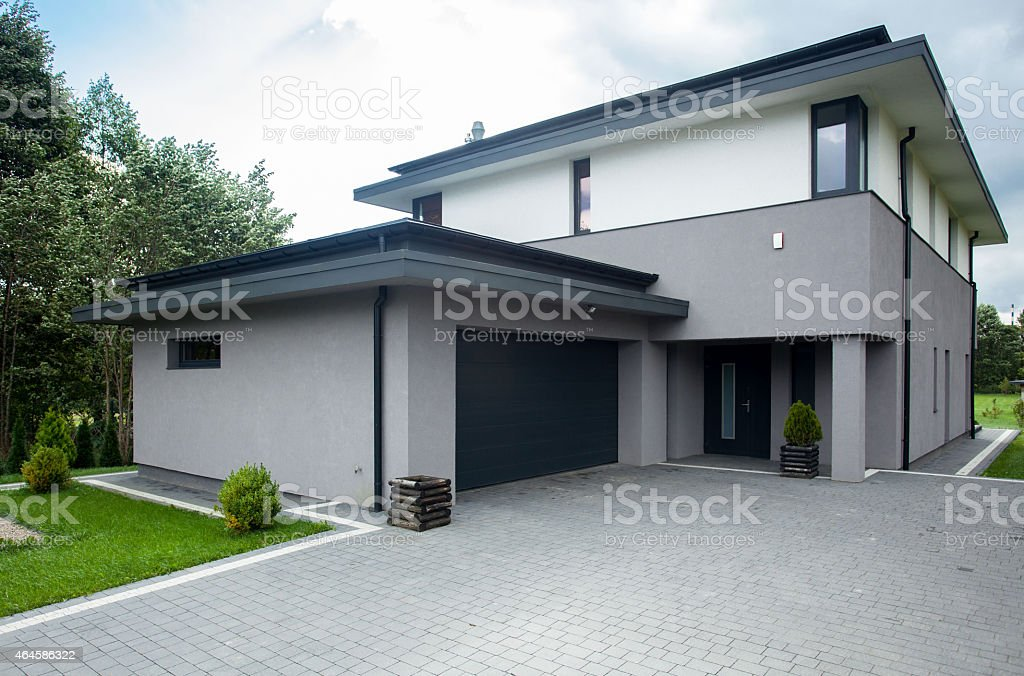 Driveway paking stock photo more pictures of 2015 istock for Piccoli bungalow piani casa con garage