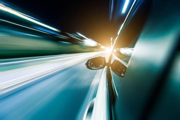 conduire une voiture dans la nuit par le biais de tunnel - lieu générique photos et images de collection