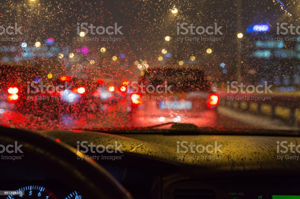 Conducir un coche en un mal tiempo, en el atasco de tráfico - foto de stock