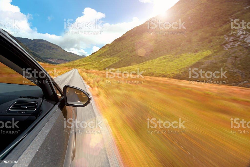 conduire une voiture sur une route de campagne avec paysage de montagne photos et plus d. Black Bedroom Furniture Sets. Home Design Ideas