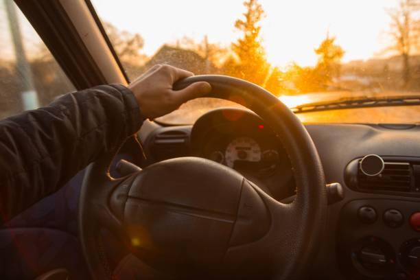sıcak bir yaz güneşli bir gün bir araba sürüş. direksiyonun arkasındaki sürücünün elleri. - pikap stok fotoğraflar ve resimler