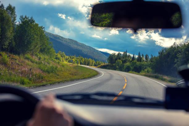 het besturen van een auto op een berg weg. uitzicht vanaf de voorruit van de prachtige natuur van noorwegen - voorruit stockfoto's en -beelden