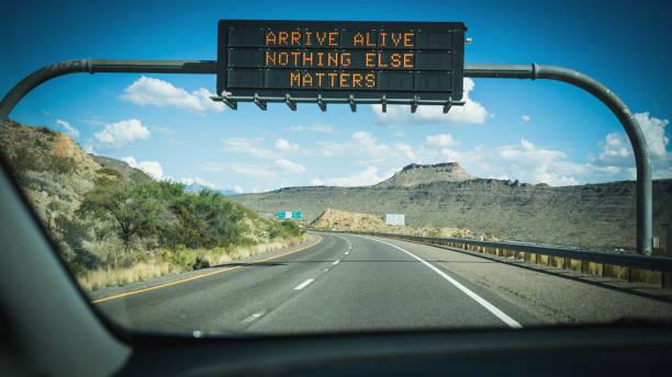 besturen van een auto op de snelweg pov - arizona highway signs stockfoto's en -beelden