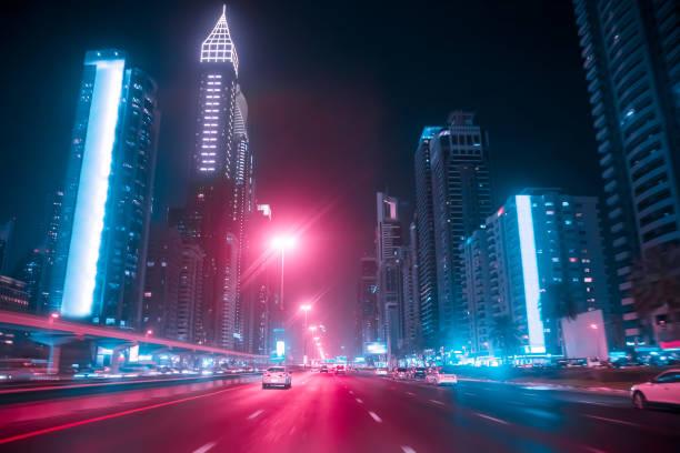 nachtfahrten ein auto auf der sheikh zayed road in dubai, vereinigte arabische emirate. bewegungsunschärfe - sheikh zayed road stock-fotos und bilder