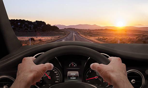 Fahren ein Sonnenuntergang. Ansicht von der Fahrer Winkel während – Foto
