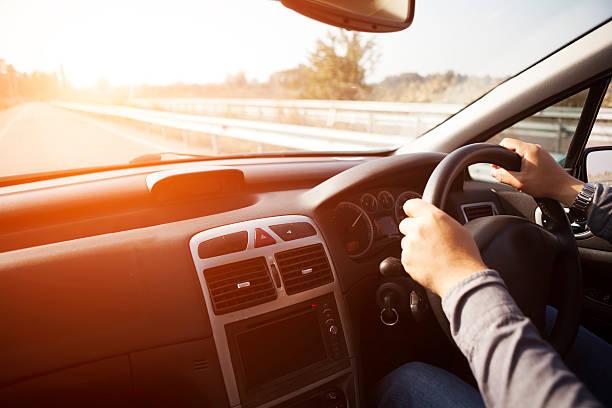 Dirigindo carro de - foto de acervo