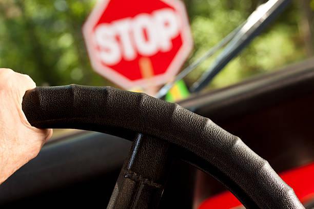 motor car interrumpió en construcción o de escuela cruce la señal de pare (stop). - stop sign fotografías e imágenes de stock
