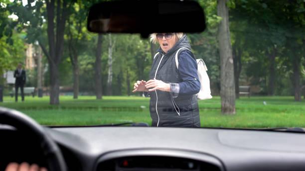 fahrendes auto hält vor verängstigter fußgängerin, menschenfaktor, unfall - fußgänger stock-fotos und bilder