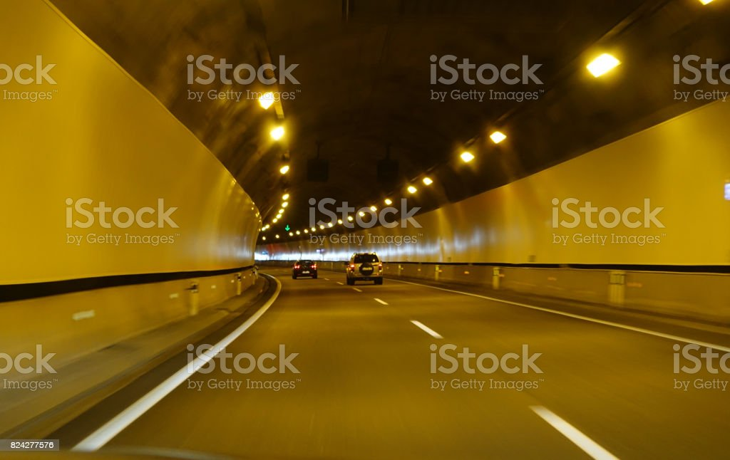 Fahrendes Auto durch einen langen Tunnel auf Autobahn – Foto
