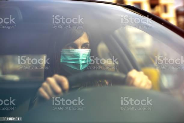 Coche De Conducción Con Máscara Facial Foto de stock y más banco de imágenes de Adulto