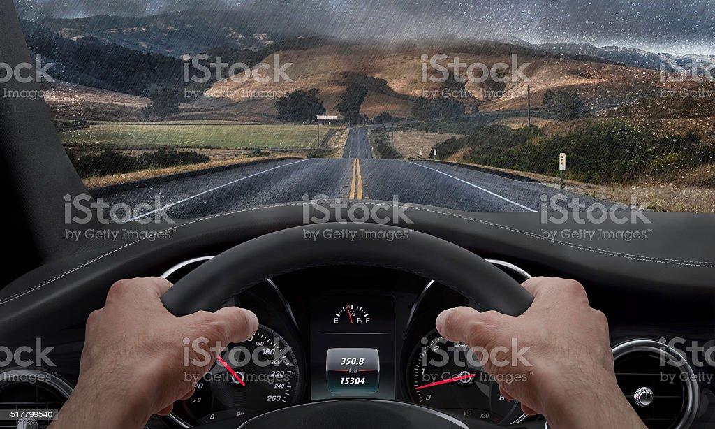 Conducir en la lluvia clima. De ángulo de vista de la - foto de stock