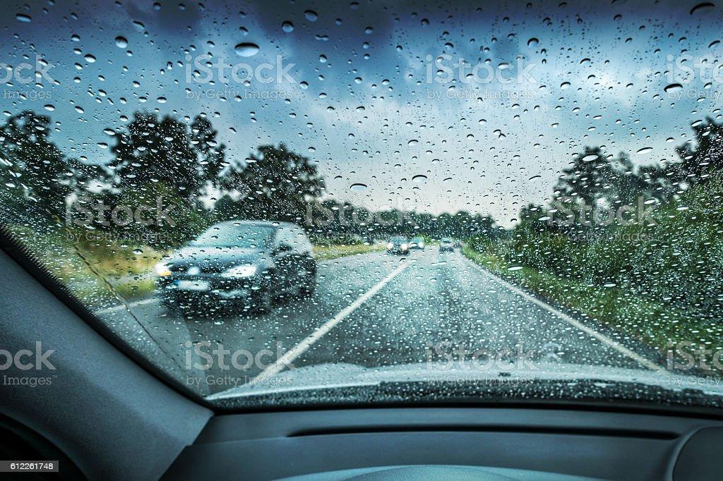 Conducir en la lluvia  - foto de stock
