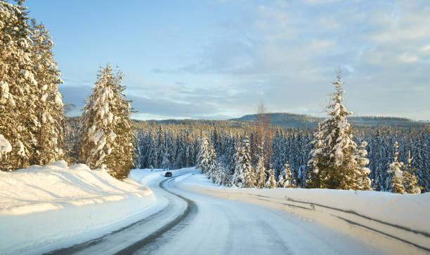 Fahren auf einer rutschigen Straße im Februar, Oppland Norwegen – Foto