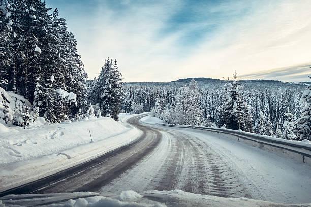 Fahren auf einer rutschigen Straße im Januar Oppland Norwegen – Foto