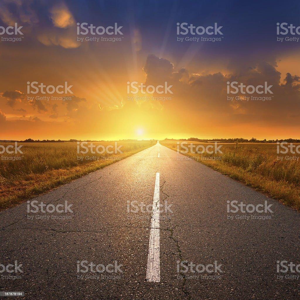 Conducción en una carretera vacía en la puesta de sol 2 - foto de stock