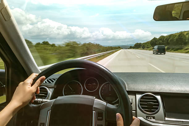 Dirigindo na estrada - foto de acervo