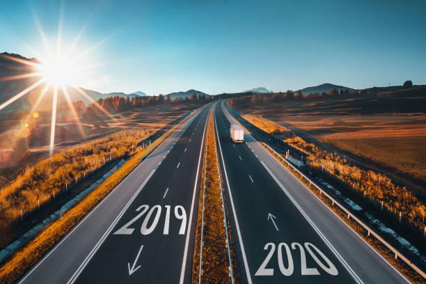 Fahren auf offener Straße an schönen sonnigen Tag von 2019 bis Neujahr 2020. Luftbild – Foto