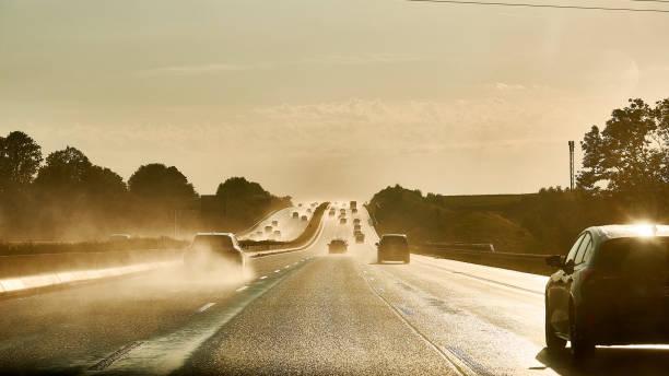 Fahren auf der Autobahn bei Regen und Sonne – Foto