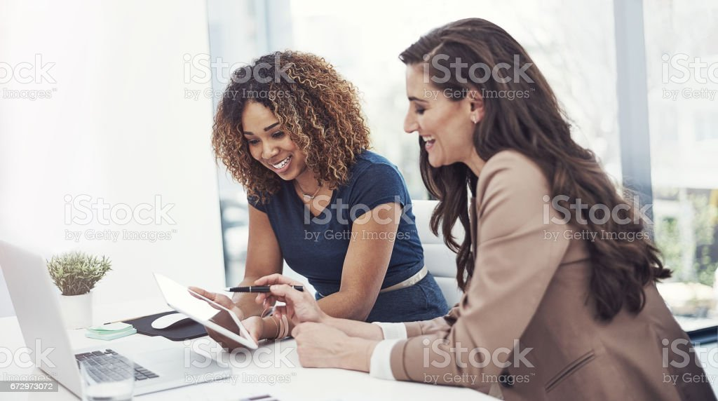 Conducción de productividad en los negocios es un esfuerzo de equipo - foto de stock