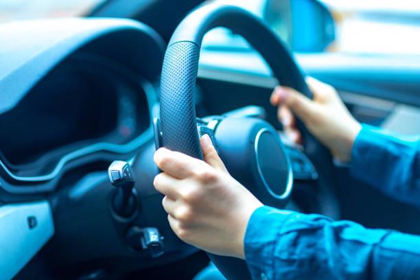 安全性の車の運転 - 車 ストックフォトと画像