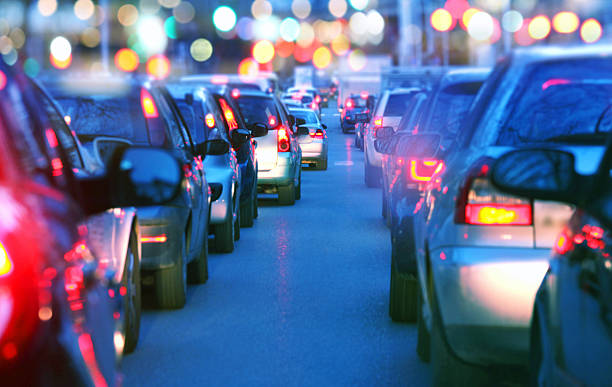 低速車のトラフィックジャム夜、ラッシュアワー - 交通量 ストックフォトと画像