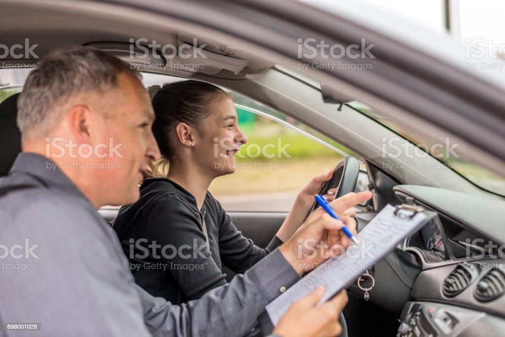 Examen de conducir, se centró en la carretera por delante de ella - foto de stock