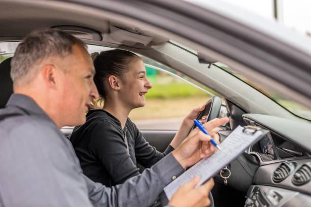 examen de conducir, se centró en la carretera por delante de ella - aprender a conducir fotografías e imágenes de stock