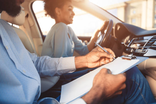 prueba de conducción. joven conduciendo coche sintiéndose inexperto - aprender a conducir fotografías e imágenes de stock