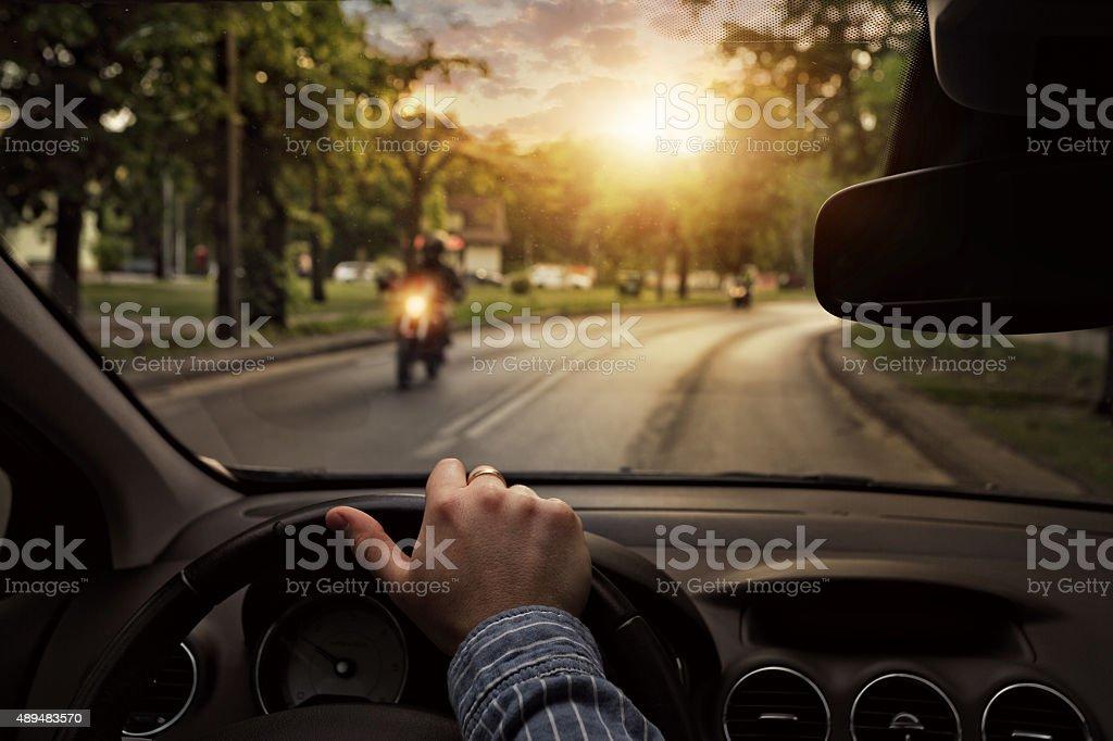 Conducir el coche en la ciudad - foto de stock