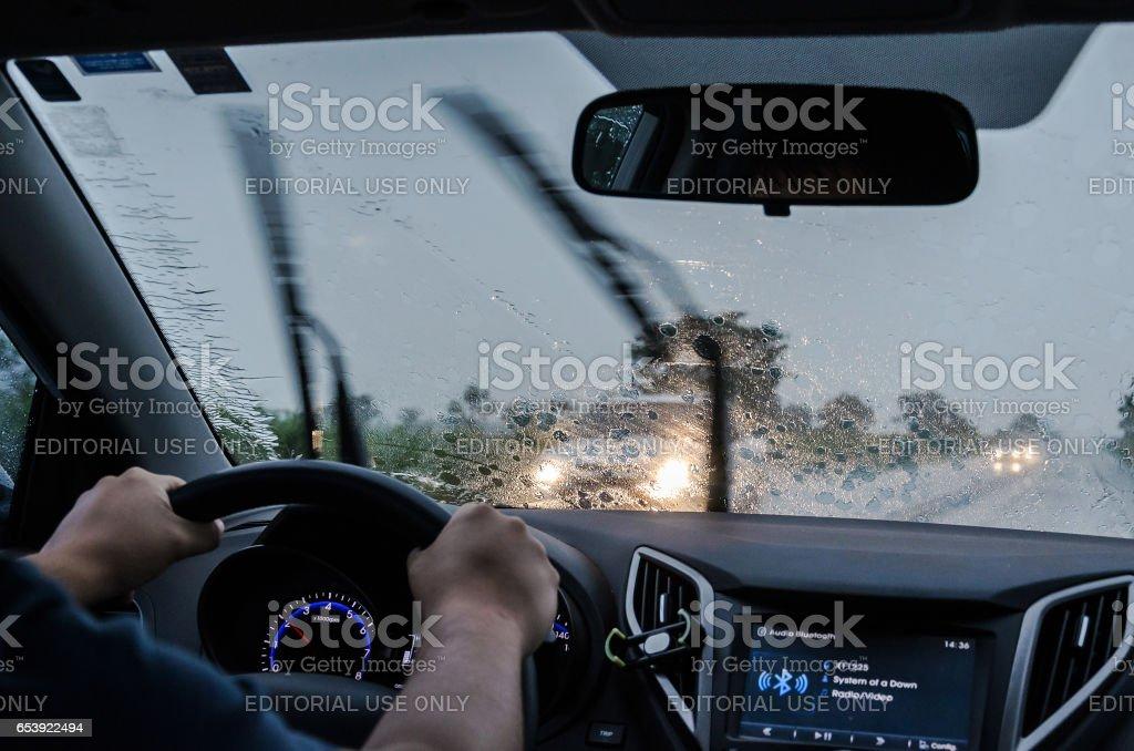 Dirigindo o carro na estrada em um dia chuvoso - foto de acervo