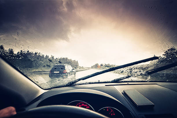 Fahren Sie durch einen regnerischen autobahn – Foto