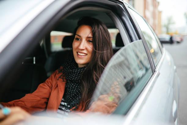 conducir a través de berlín - conducir fotografías e imágenes de stock