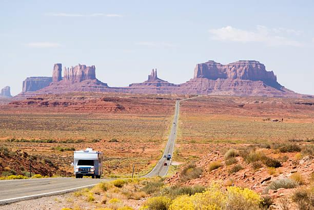 fahren sie durch den monument valley - colorado plateau stock-fotos und bilder