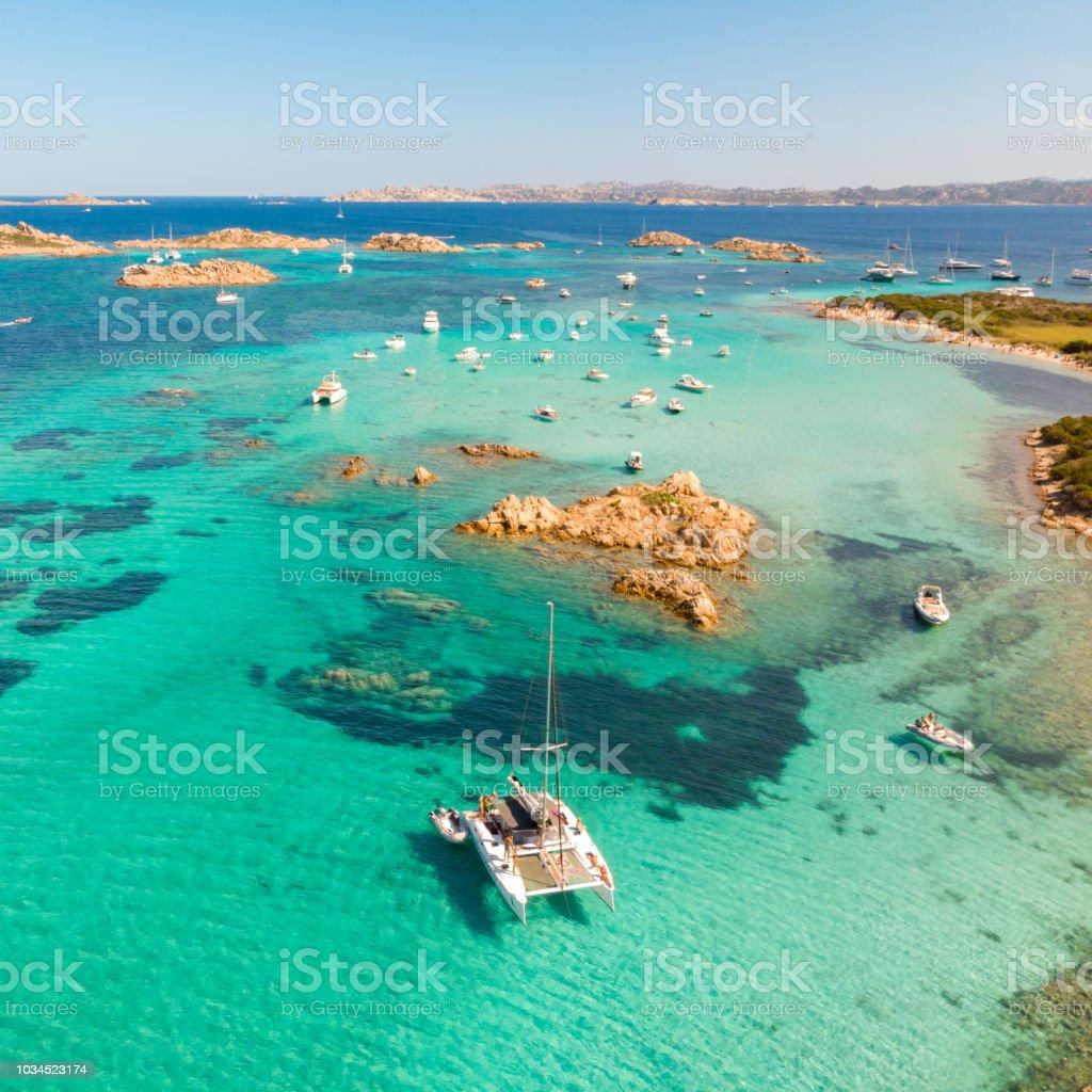 Drohne Luftaufnahme des Katamaran Segelboot im Maddalena-Archipel, Sardinien, Italien. – Foto
