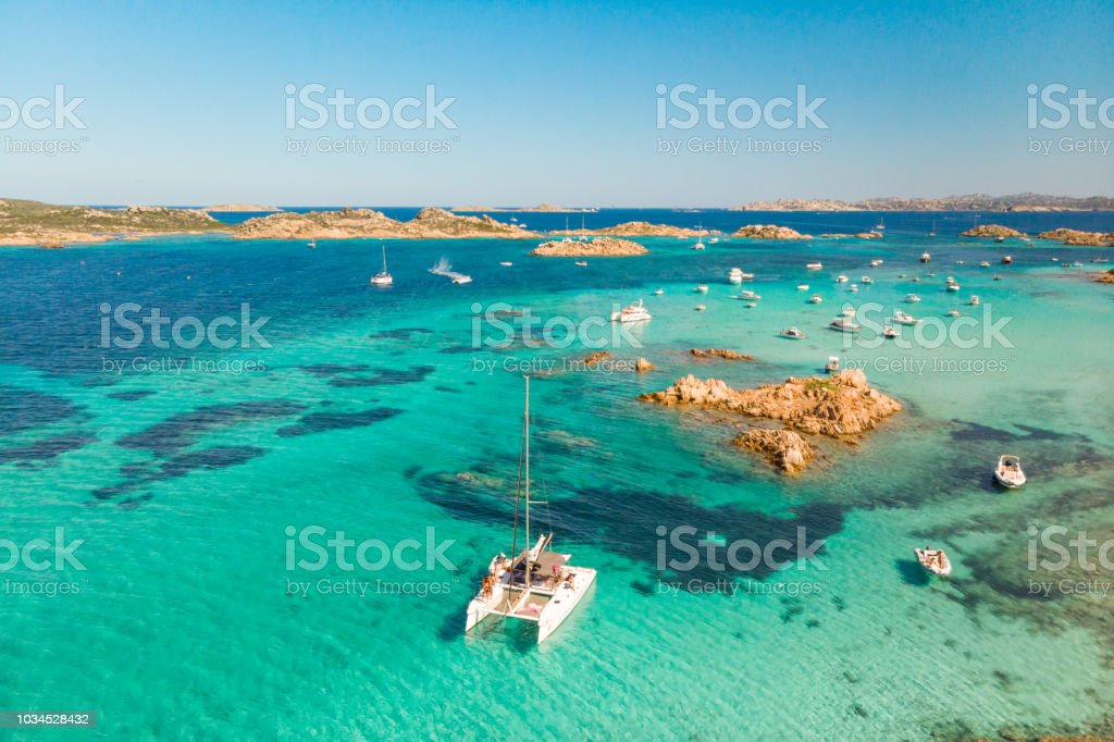 Drohne Luftaufnahme des Katamaran Segelboot im Maddalena-Archipel, Sardinien, Italien. - Lizenzfrei Blau Stock-Foto