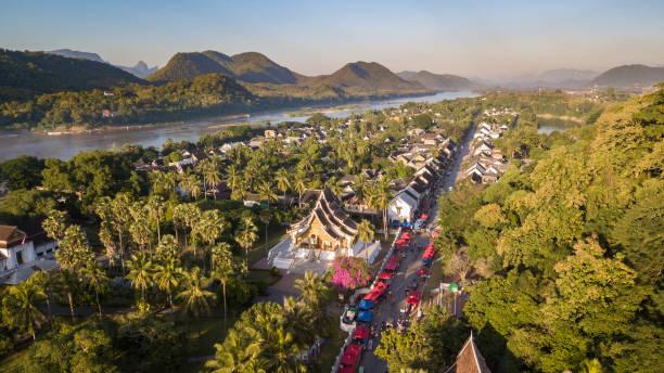 luftbild drohne von luang prabang, laos - laos stock-fotos und bilder