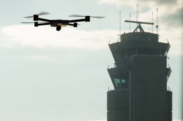Drone acercándose a la torre de control del aeropuerto - foto de stock