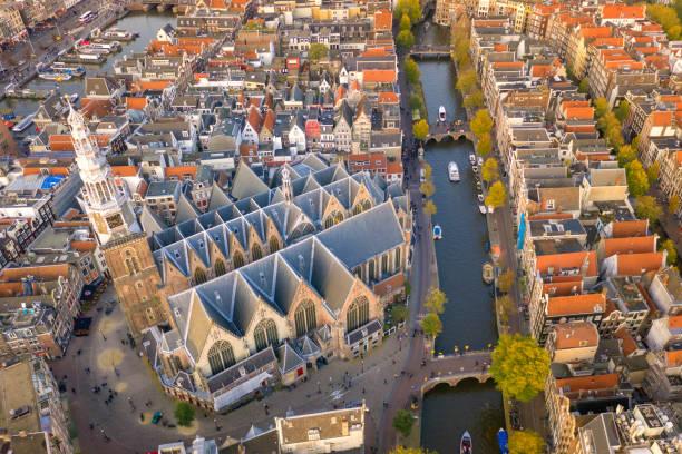 drone-arrial view van prinsengrachtkanaal de beroemde plek met oude traditie huis en kerk in amsterdam, nederland - keizersgracht stockfoto's en -beelden
