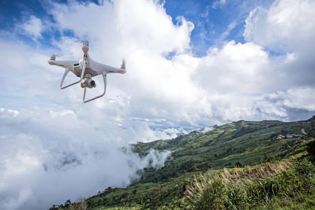 drone helicóptero voando com câmera digital. drone com câmera digital de alta resolução. voando leve câmera uma foto e vídeo. o zangão com câmera profissional tira fotos das montanhas enevoadas. - drone - fotografias e filmes do acervo