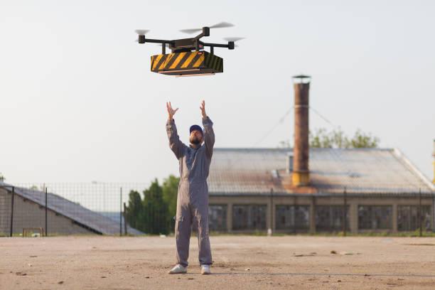 drönare levererar behållare till operatören - delivery robot bildbanksfoton och bilder