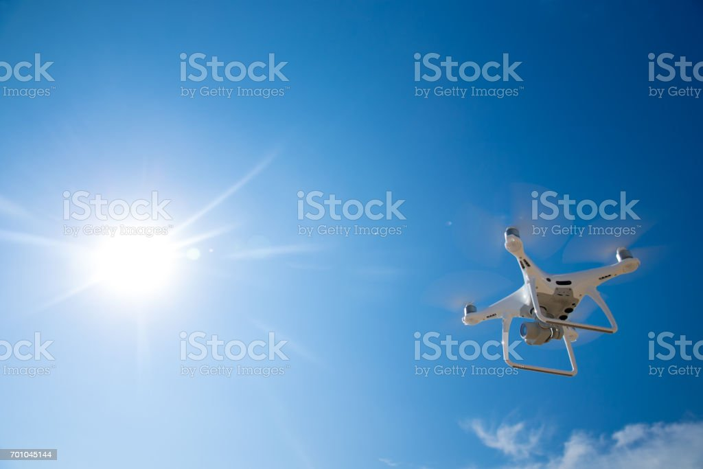 無人機飛在藍藍的天空 - 免版稅保安圖庫照片