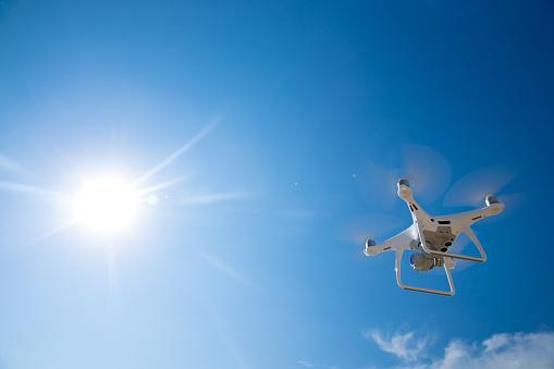 無人機飛在藍藍的天空 照片檔及更多 保安 照片