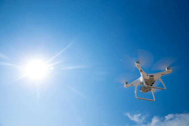 푸른 하늘에 무인 항공기 비행 스톡 사진