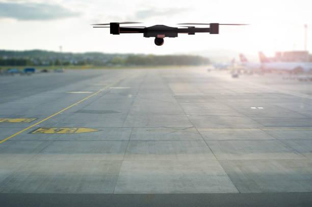 Drone volando sobre la pista del aeropuerto - foto de stock